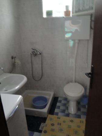 H (6): salle de bain avec toilette