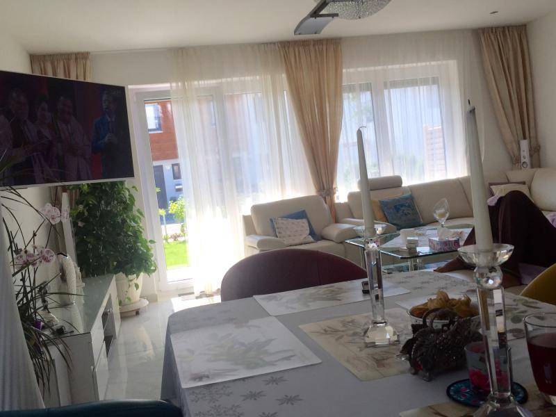 Nuestra sala de estar con mesa de comedor