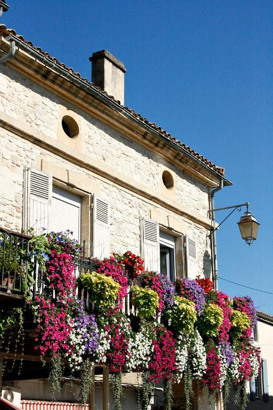 Many Dordogne villages put on lovely Spring floral displays, like Monpazier, Villereal and Cadouin