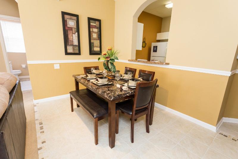 Área de Refeições. 4 cadeiras de jantar e assento do banco 6/7 comensais acomodado