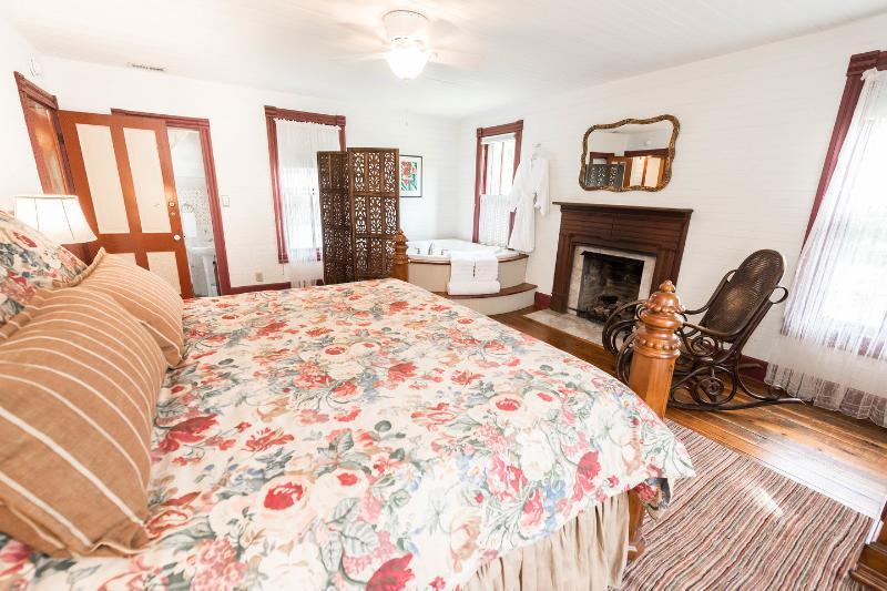La camera da letto Rubino Romance con vasca idromassaggio, camino e letto matrimoniale.