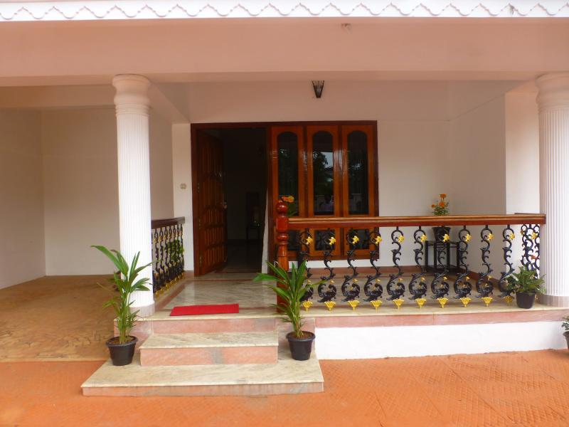 Frente porche de la puerta que da al jardín delantero.
