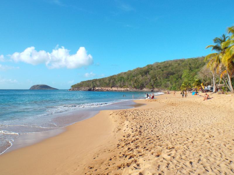 La plage de la perle à 15 minutes en voiture, c'est la plus belle, 5 autres sont autour de la villa
