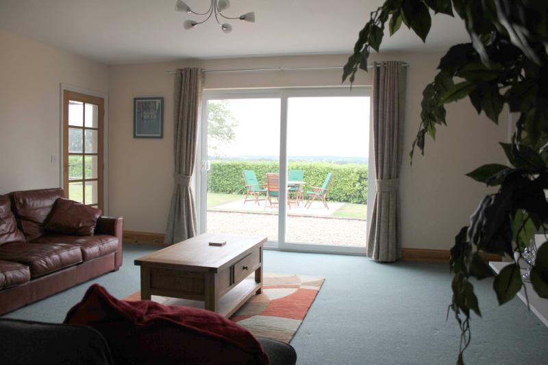Großzügige Lounge mit Blick auf Landschaft