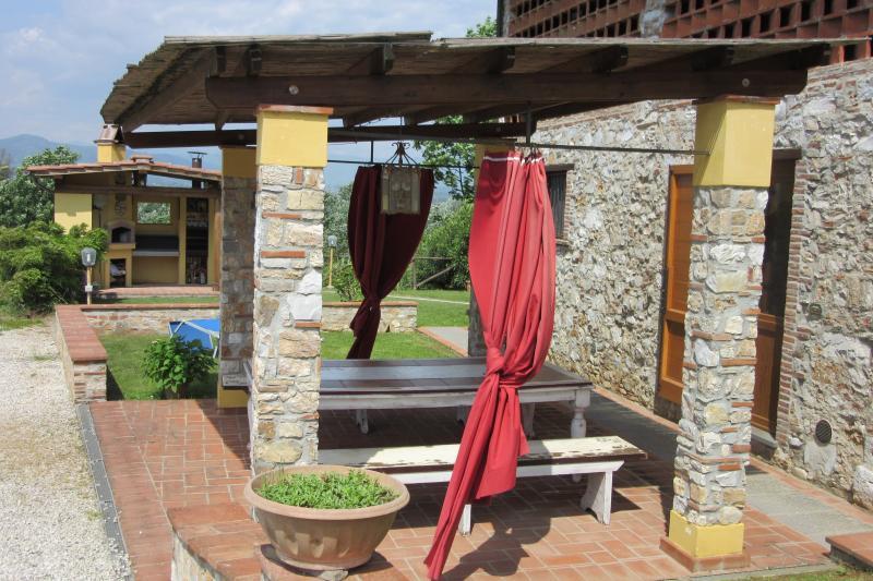 entrée principale de l'appartement Pergola avec table