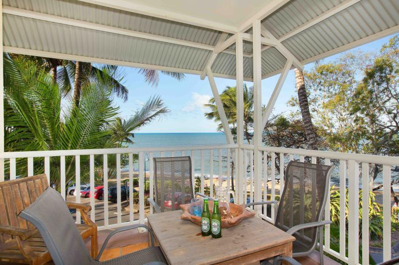 Waterfront  - The Beach Shack 3BR Dedicated free WIFI, vacation rental in Holloways Beach