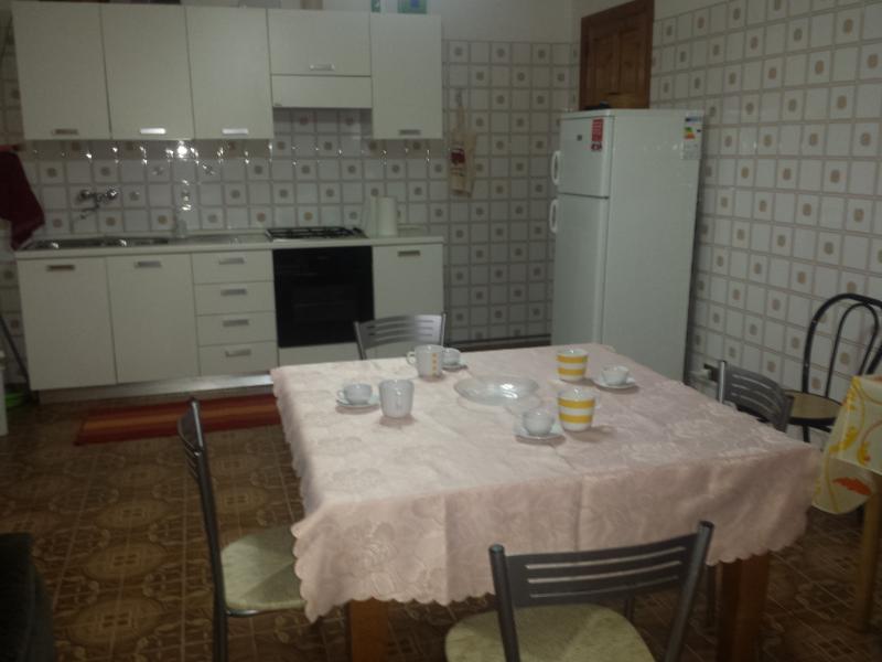 Cucina composta da fornelli a gas frigo,macchina da caffe espressa, tostapane ecc.