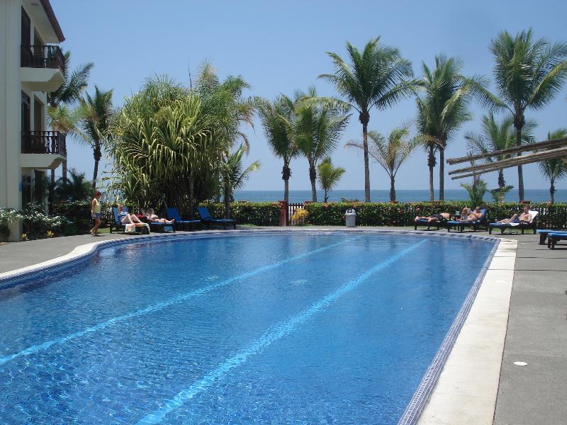 La piscina y al mar en Bahia Azul