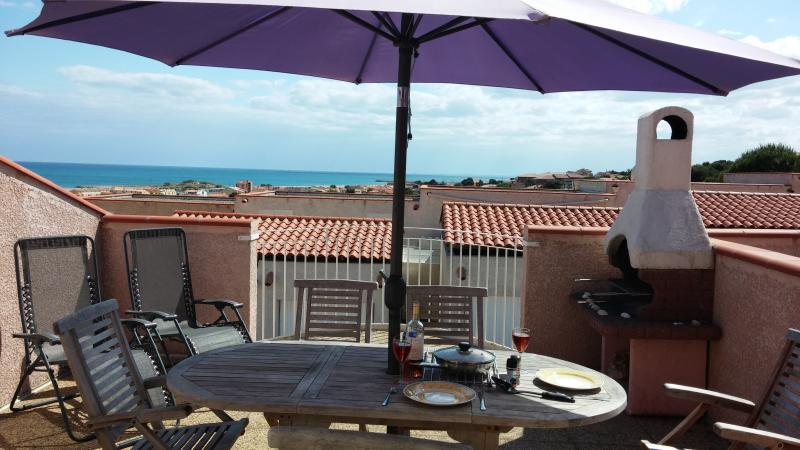 Relax, cook, eat and drink in comfort while looking over the sea