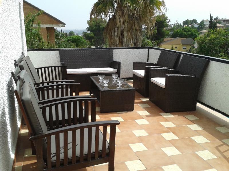 Terraza junto al salón, tomar el sol por el día o la fresca por la noche en buena compañia...