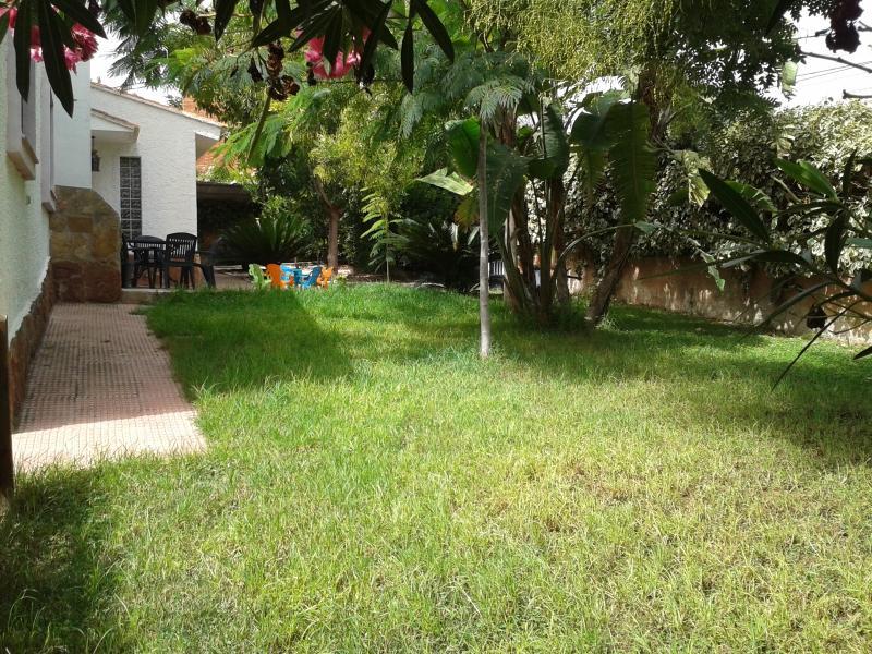 Jardín zona entrada casa, bienvenidos a las familias con niños, amplios espacios para jugar.....