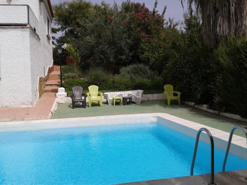 Terraza y jardín junto piscina, con mobiliario cómodo para tomar el sol, leer, charlar.....
