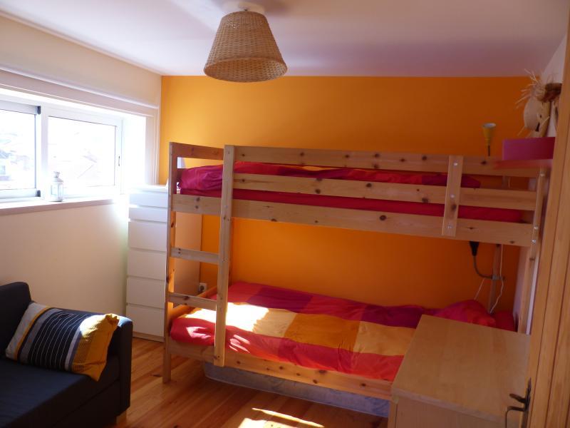 Quarto Laranja: com beliche e pequeno sofá cama