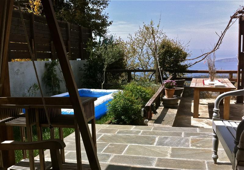 Die Fläche der Veranda zusammen mit dem Garten auf die Bucht blicken