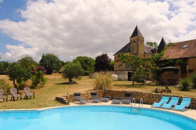 Ein Blick auf Chateau des Etoiles von der Seite des Pools