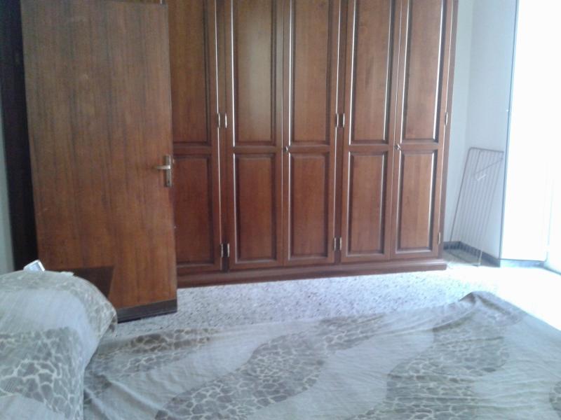 Dormitorio matrimonial con amplio placard y TV