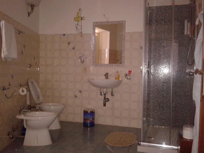 Baño con box de ducha y ventana