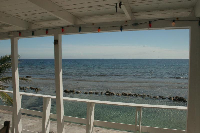 Beautiful Ocean Front home in Roatan, alquiler vacacional en French Harbour
