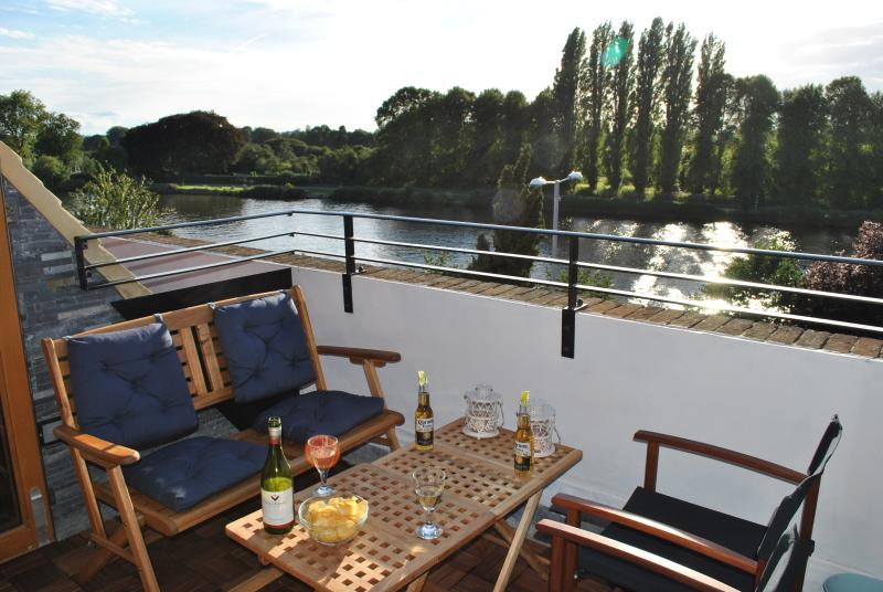 Lovely roof terrace with a panoramic view over the river Thames, towards Hampton Court Park.