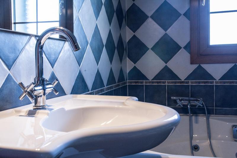 salle de bains avec jacuzzi