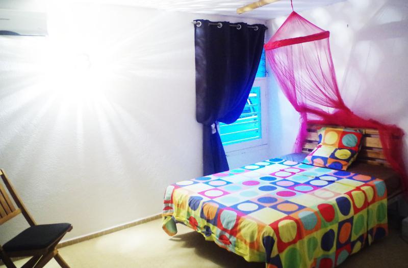 Sommier 140x190, vrai matelas - moustiquaire - climatisation fonctionnelle.