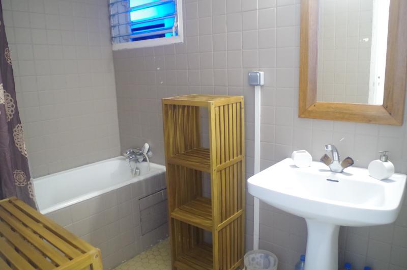 SdB: baignoire - lavabo - étagères en bambou. Tapis de bain et essuis-mains fournis.