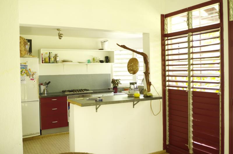 Cuisine: réfrigérateur, machine à laver, cafetières (expresso et café moulu).