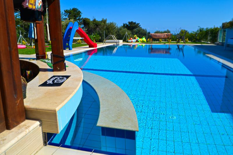 Villa Bella. Get your drink while taking a dip..., location de vacances à Kyrenia