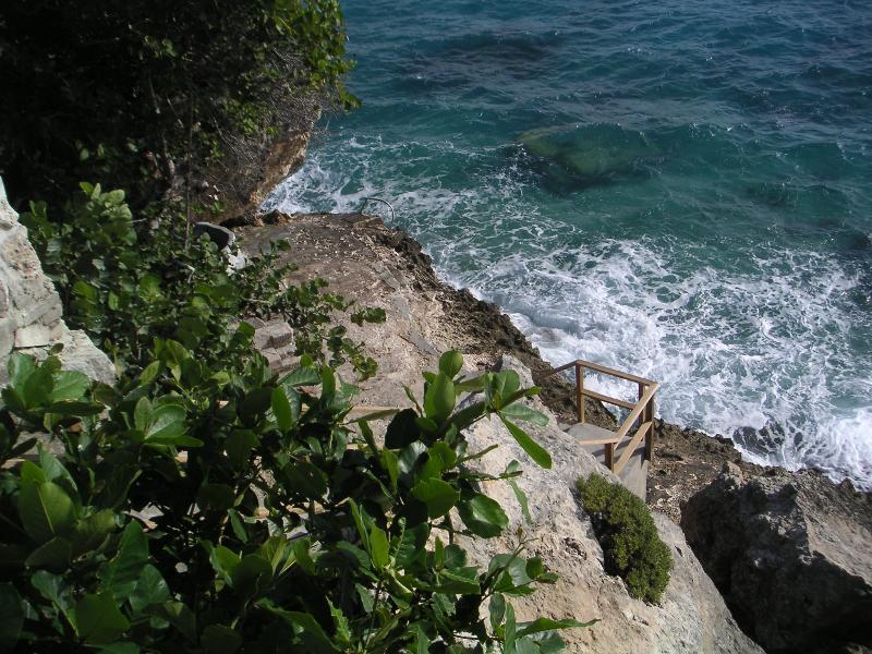 Escaleras que bajan a tu propio arrecife de buceo. Lugar ideal para pescar si te gusta la pesca.