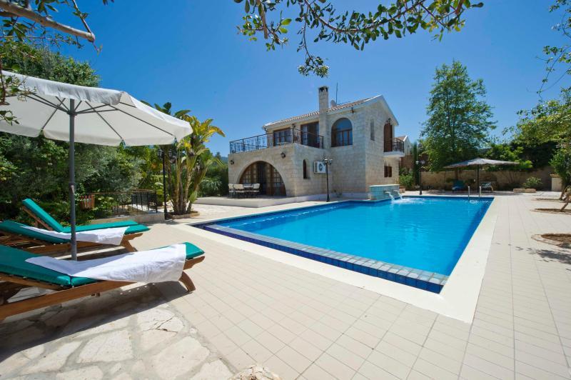 Amazing 3 bedroom Villa - Huge 14m x 7m Pool, holiday rental in Argaka