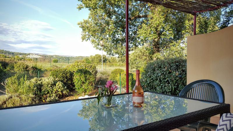 Vista de Callian pueblo desde la terraza y jardín privado con mobiliario de jardín