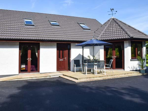 LITTLE CHESTNUT, private leisure suite with hot tub and sauna, BBQ hut, luxury, holiday rental in Kirkhill