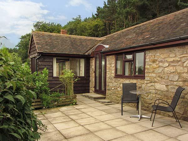 BURROWS END, detached stone lodge, ground floor, WiFi, woodburner, bike, holiday rental in Boraston