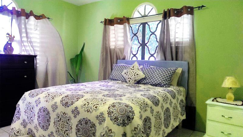 2 Bedroom Apartment near Montego Bay with Hot Water, Wifi and Cable TV, location de vacances à Montego Bay