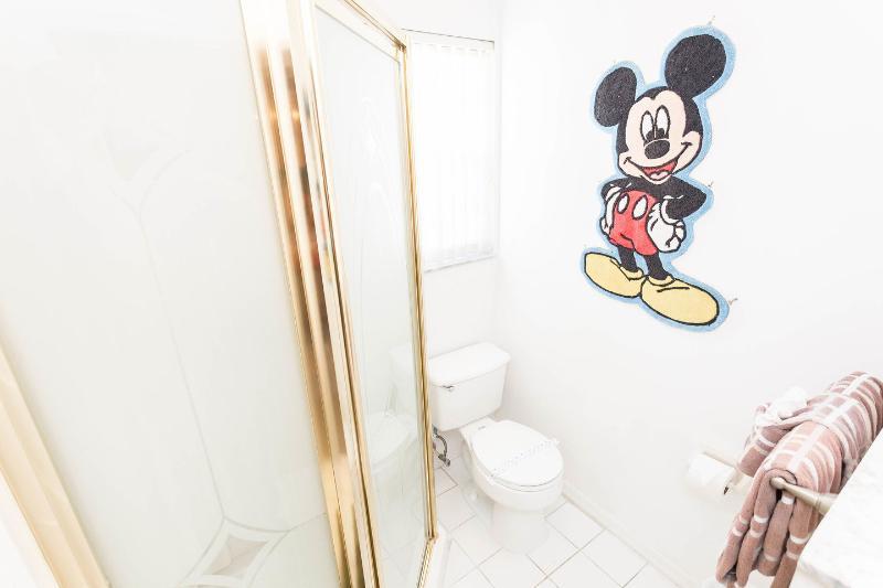 Mickey Mouse Queen + Twin Bedroom Suite Badkamer (2de verdieping)