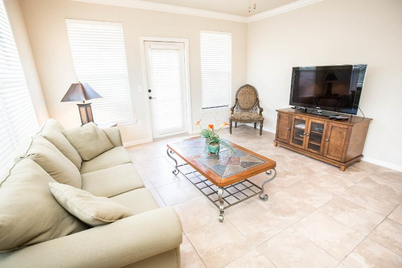 Awesome Condo with wrap Around Balcony, vacation rental in Davenport