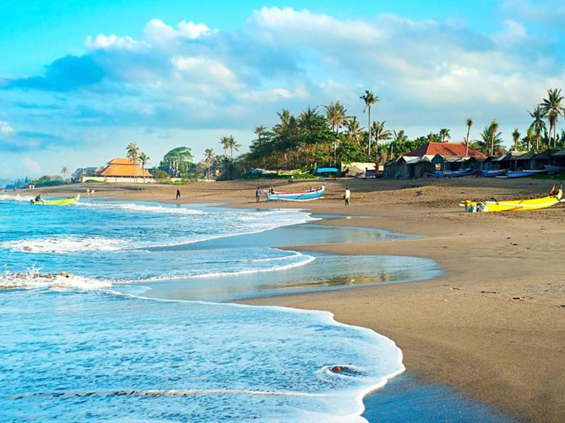 The beaches in Canggu invite for endless walks in the late afternoon