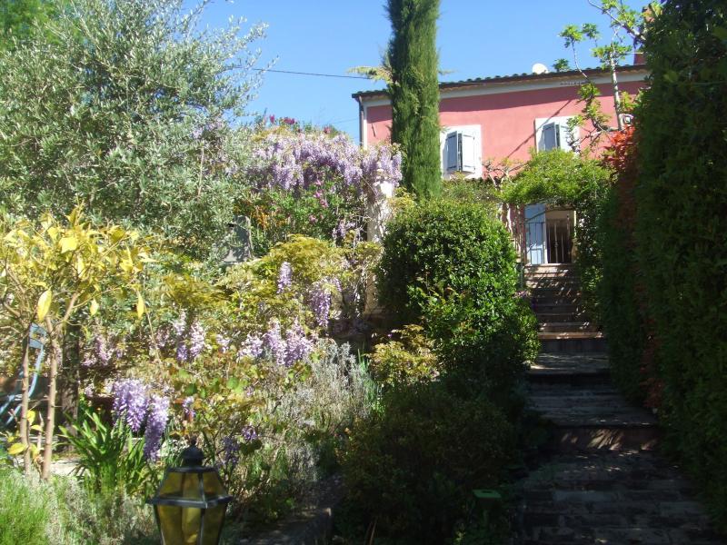dans mas provençal appartement  charme tout confort  (chambres à l'étage) 3 terrasses privées barbec