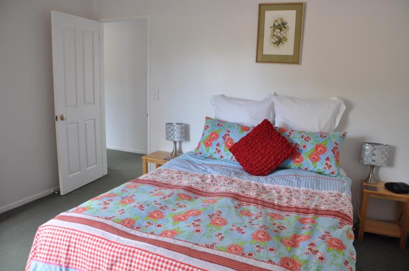 Okura River Estate B&B-Queen Bedroom (2), alquiler de vacaciones en Whangaparaoa