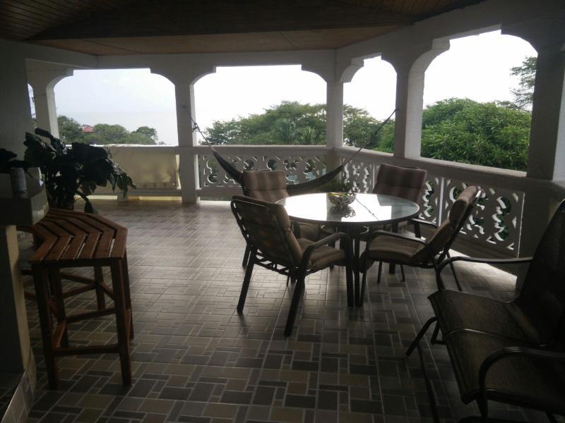 La terrazza ombreggiata vi invita a rilassarvi.