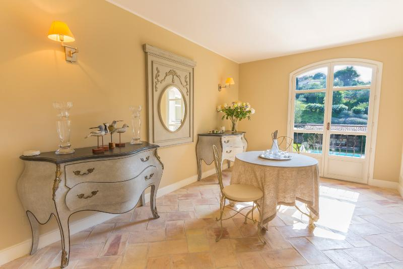 Mougins Villa Sleeps 10 with Pool and Air Con - 5049509, Ferienwohnung in Mougins