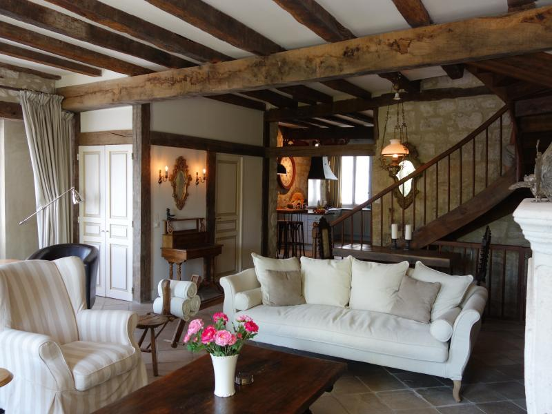 Issigeac - Maison de la Paix - Stone floors with underfloor heating and 13th century oak beams!