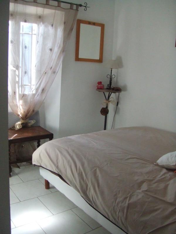 vista parcial 2 habitación (2) a la izquierda: amplio placard. nueva ropa de cama