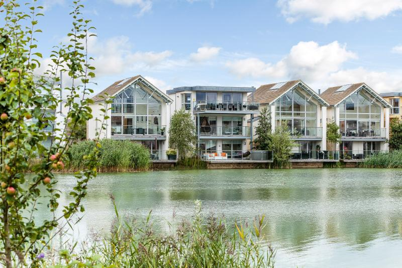 Lakeside location on the banks of the Howells Mere Lake - Amazing sunset views