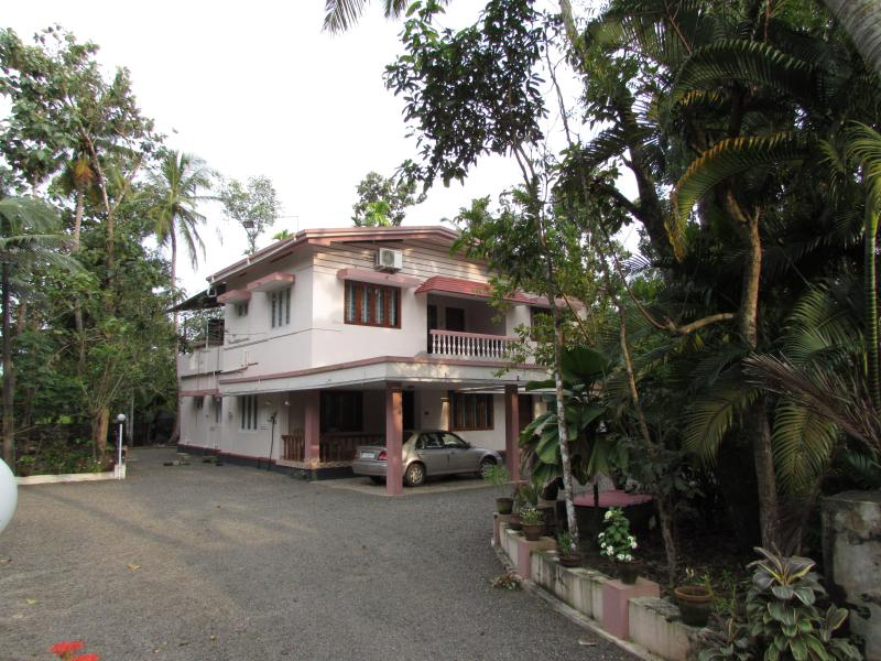 Private Rooms - Perumpallil Homestay, vacation rental in Kottayam