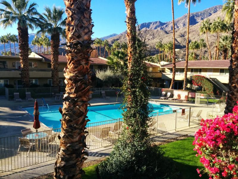 Beautiful Quiet Luxury Corner Unit With Views, holiday rental in Palm Springs