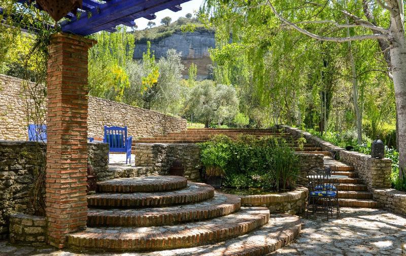 Belles terrasses et marches menant à la campagne environnante et alberca (de citerne d'eau).