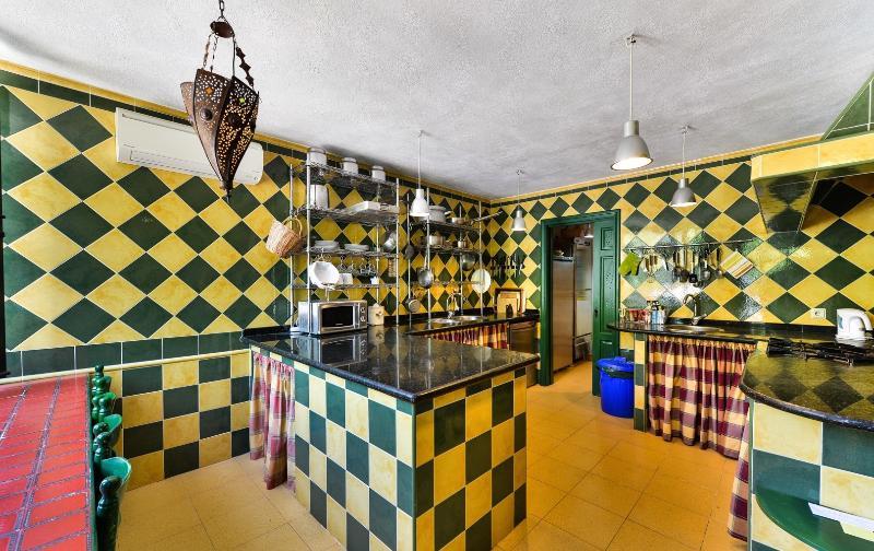 La cuisine professionnelle et garde-manger bien garni. Un panier de bienvenue vous attend.