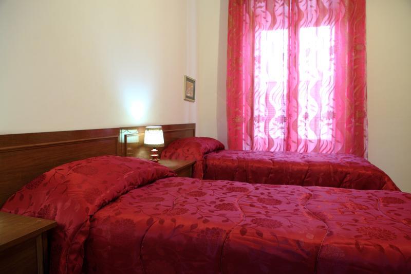 Camera con letti singoli, su richiesta con letto matrimoniale.