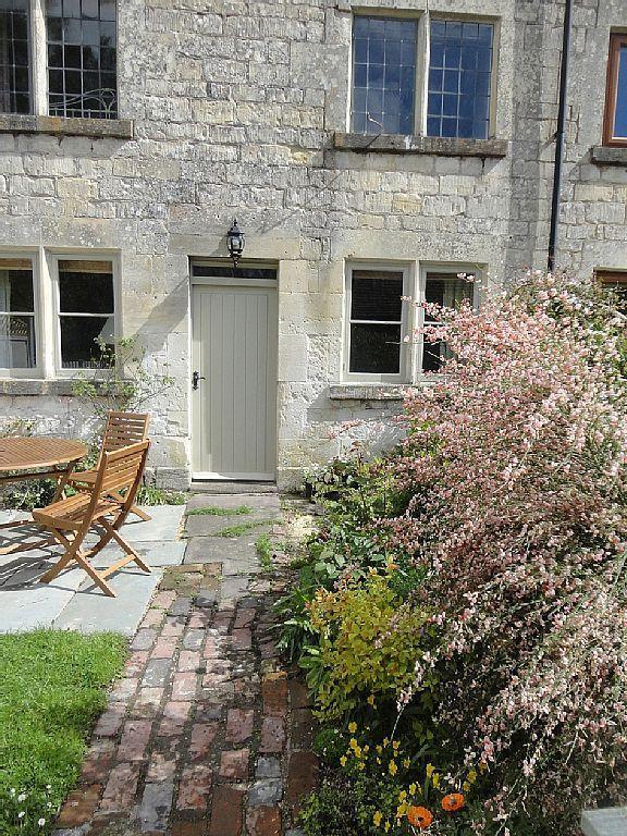 Slad cottage rental - front garden